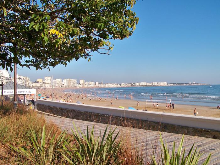 Plage des sables d'Olonne proche du camping avec espace aquatique