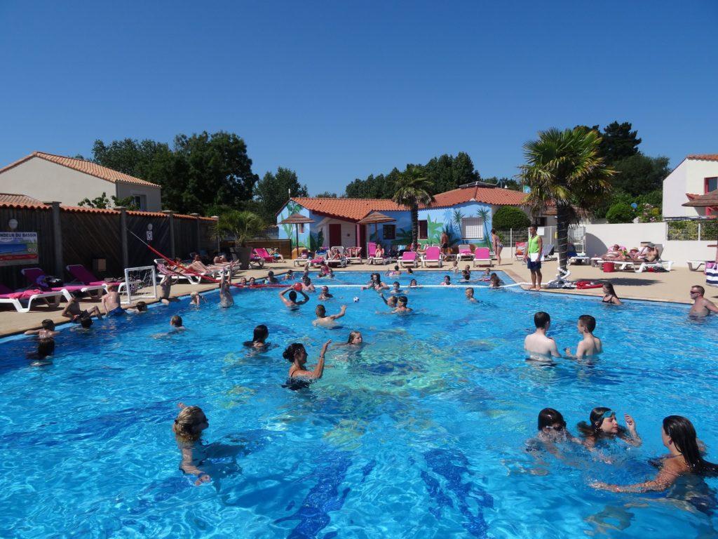 Espace aquatique avec grande piscine au camping aux sables d'Olonne