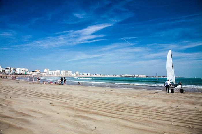 Grande plage des sables d'Olonne et ses commerces proche du camping