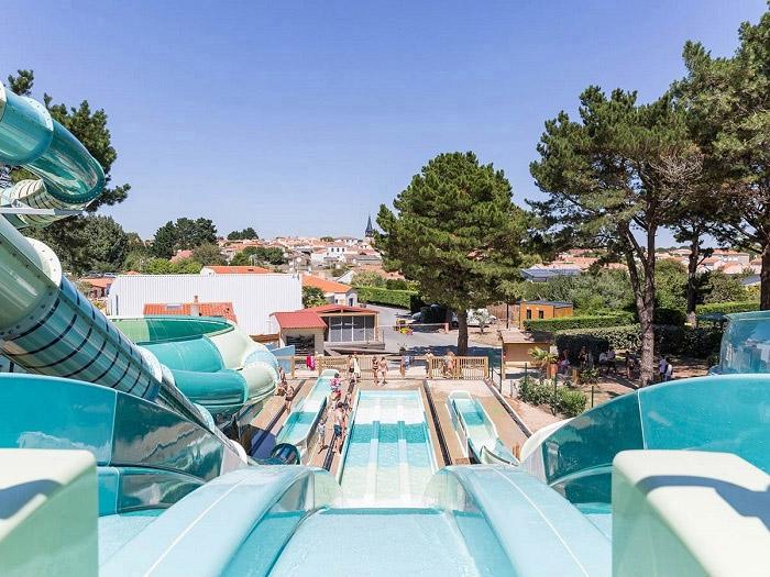 les toboggans aquatiques du camping Yelloh Village en Vendée